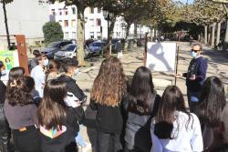 Un centenar de alumnos del Instituto Marqués de Santillana visita la exposición sobre la Baja Visión