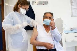 Revilla recibe la primera dosis de la vacuna contra la COVID y queda confinado por contacto estrecho con un positivo